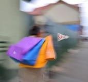 Un uomo anziano con molti sacchetti della spesa Fotografia Stock Libera da Diritti