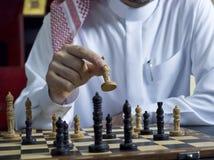 Un uomo arabo che gioca scacchi al suo scrittorio 1 Fotografia Stock Libera da Diritti