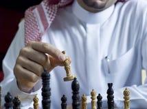 Un uomo arabo che gioca scacchi al suo scrittorio 3 Fotografie Stock