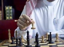 Un uomo arabo che gioca scacchi al suo scrittorio 4 Immagini Stock Libere da Diritti