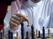 Un uomo arabo che gioca scacchi al suo scrittorio 5 Fotografie Stock Libere da Diritti