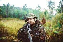 Un uomo in un'arma dell'uniforme militare Fotografie Stock