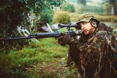 Un uomo in un'arma dell'uniforme militare Fotografia Stock