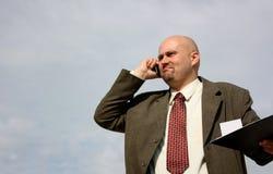 Un uomo arrabbiato sul telefono Fotografia Stock