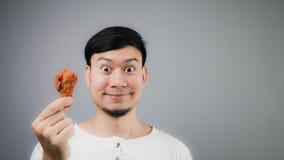Un uomo asiatico con pollo fritto immagini stock