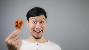 Un uomo asiatico con pollo fritto fotografia stock libera da diritti