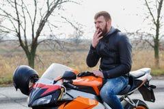 Un uomo barbuto sulla bici fotografia stock libera da diritti