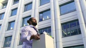 Un uomo bello allontanato con una barba, un responsabile in abbigliamento convenzionale, si è rovesciato dopo l'infornamento, va  archivi video