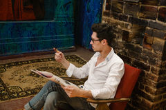 Un uomo bello sta controllando il suo orologio immagini stock libere da diritti