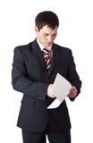 Un uomo bello sta leggendo i documenti costanti Fotografie Stock