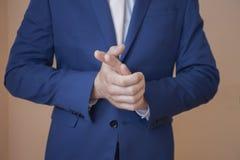 Un uomo in un bello vestito Fotografia Stock Libera da Diritti