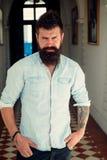 Un uomo ben curato Salone governare del barbiere Uomo bello con la barba ed i baffi di modo Uomo barbuto con capelli alla moda fotografia stock libera da diritti
