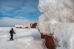 Un uomo cammina con snowshoeing Immagine Stock