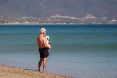 Un uomo, un cane ed il mare Fotografia Stock Libera da Diritti