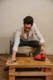 Un uomo caucasico sta andando comporre un numero di telefono Fotografie Stock