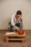 Un uomo caucasico sta componendo un numero di telefono Immagini Stock