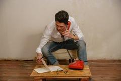 Un uomo caucasico sta parlando sul telefono Immagine Stock