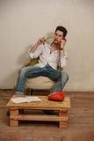 Un uomo caucasico sta parlando sul telefono Immagine Stock Libera da Diritti