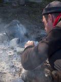 Un uomo che accende un fuoco Fotografia Stock Libera da Diritti