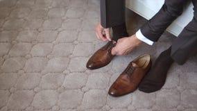 Un uomo che allaccia le scarpe stock footage