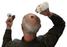 Un uomo che cambia alla lampadina verde Fotografie Stock Libere da Diritti
