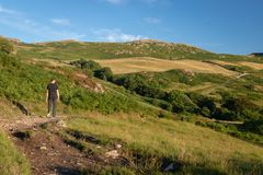 Un uomo che cammina nella bella campagna inglese in valle di Duddon fotografie stock