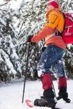 Un uomo che cammina nella neve con uno zaino Fotografie Stock
