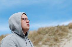 Un uomo che canta ad un vento Fotografia Stock Libera da Diritti