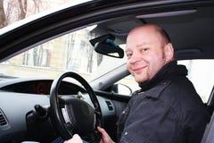 Un uomo che conduce un'automobile Fotografie Stock