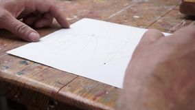 Un uomo che disegna alcuni schizzi in uno studio stock footage