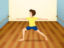 Un uomo che esegue yoga dentro una stanza Immagine Stock Libera da Diritti