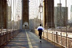 Un uomo che fa la passeggiata di mattina Fotografia Stock