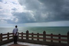 Un uomo che fissa rilassato al vasto oceano, Kanyakumari Immagine Stock Libera da Diritti