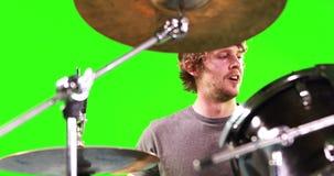Un uomo che gioca i tamburi stock footage