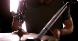 Un uomo che gioca i tamburi video d archivio