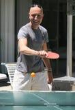 Un uomo che gioca ping-pong Fotografia Stock