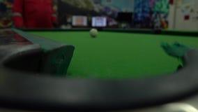 Un uomo che gioca snooker nella stanza
