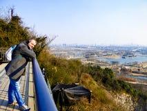 Un uomo che guarda vista di inverno del giardino botanico di Shanghai ChenShan immagine stock