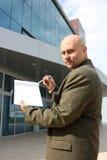Un uomo che indica una lista di controllo Fotografia Stock Libera da Diritti