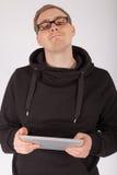Un uomo che lavora con un PC della compressa Fotografia Stock