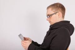 Un uomo che lavora con un PC della compressa Fotografie Stock Libere da Diritti