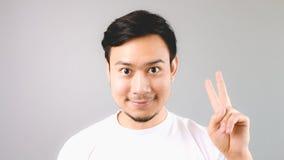 Un uomo che mostra cosa del segno secondo della mano Fotografia Stock Libera da Diritti