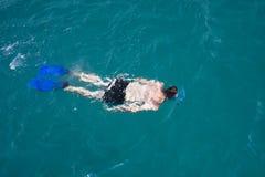 Un uomo che naviga usando una presa d'aria Immagini Stock