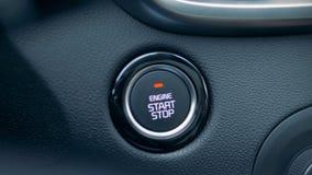 Un uomo che preme pulsante di avvio in un'automobile, fine su stock footage