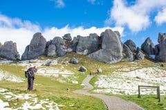 Un uomo che prende foto alla collina del castello, Nuova Zelanda Immagini Stock Libere da Diritti