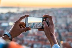 Un uomo che prende un'immagine del paesaggio urbano Fotografie Stock