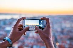 Un uomo che prende un'immagine del paesaggio urbano Immagini Stock