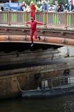 Un uomo che salta giù un ponte Immagini Stock Libere da Diritti