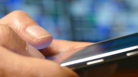 Un uomo che scrive su uno smartphone del touch screen archivi video