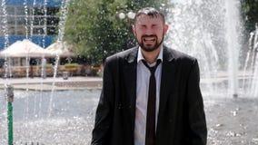 Un uomo, che sta in una fontana, grida amaramente stock footage